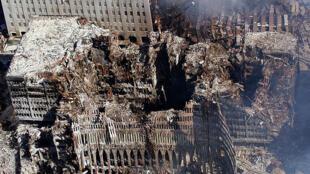 Vue aérienne des tours de New York près d'une semaine après les attentats du 11 septembre 2001.