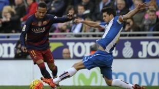 Neymar divide bola com o volante Javi Lopez, do Espanyol