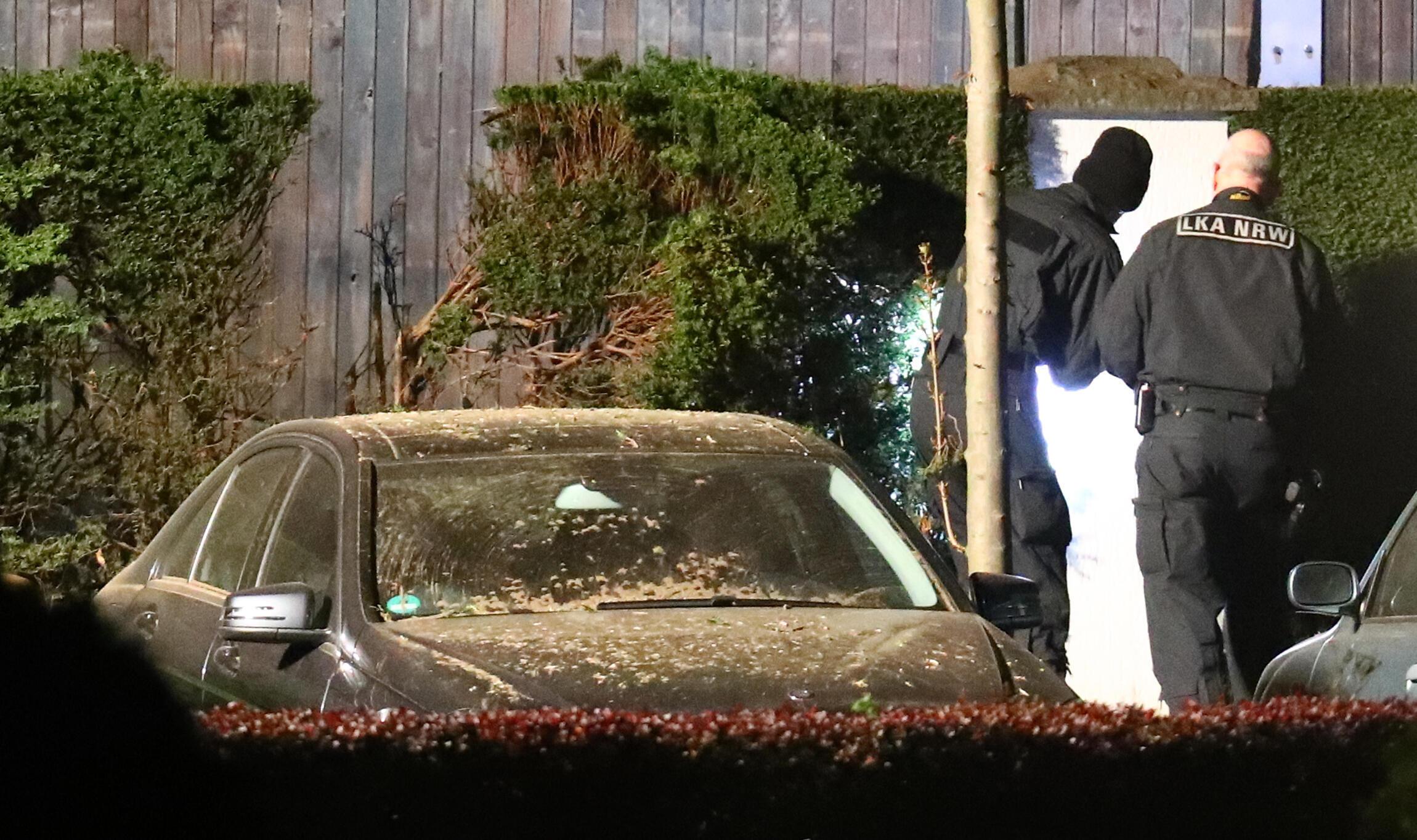 پلیس آلمان در حال تجسس در منطقهای که انفجار در آنجا رخ داده است . دورتموند، ١١ آوریل ٢٠۱٧