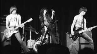 O grupo Ramones durante um show no New York Theater, em 1976