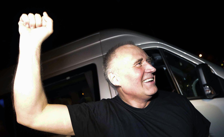 Nhà đối lập Mikola Statkevich rời nhà tù trở về Minsk - AFP / ULADZ HRYDZIN