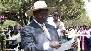 Yoweri Museveni, presidente e candidato no Uganda.