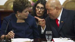 O presidente de Venezuela, Hugo Chávez, e a presidente brasileira, Dilma Rousseff, em cerimônia de assinatura de acordos em Caracas.