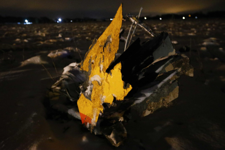 Restos do avião que caiu em Moscou.