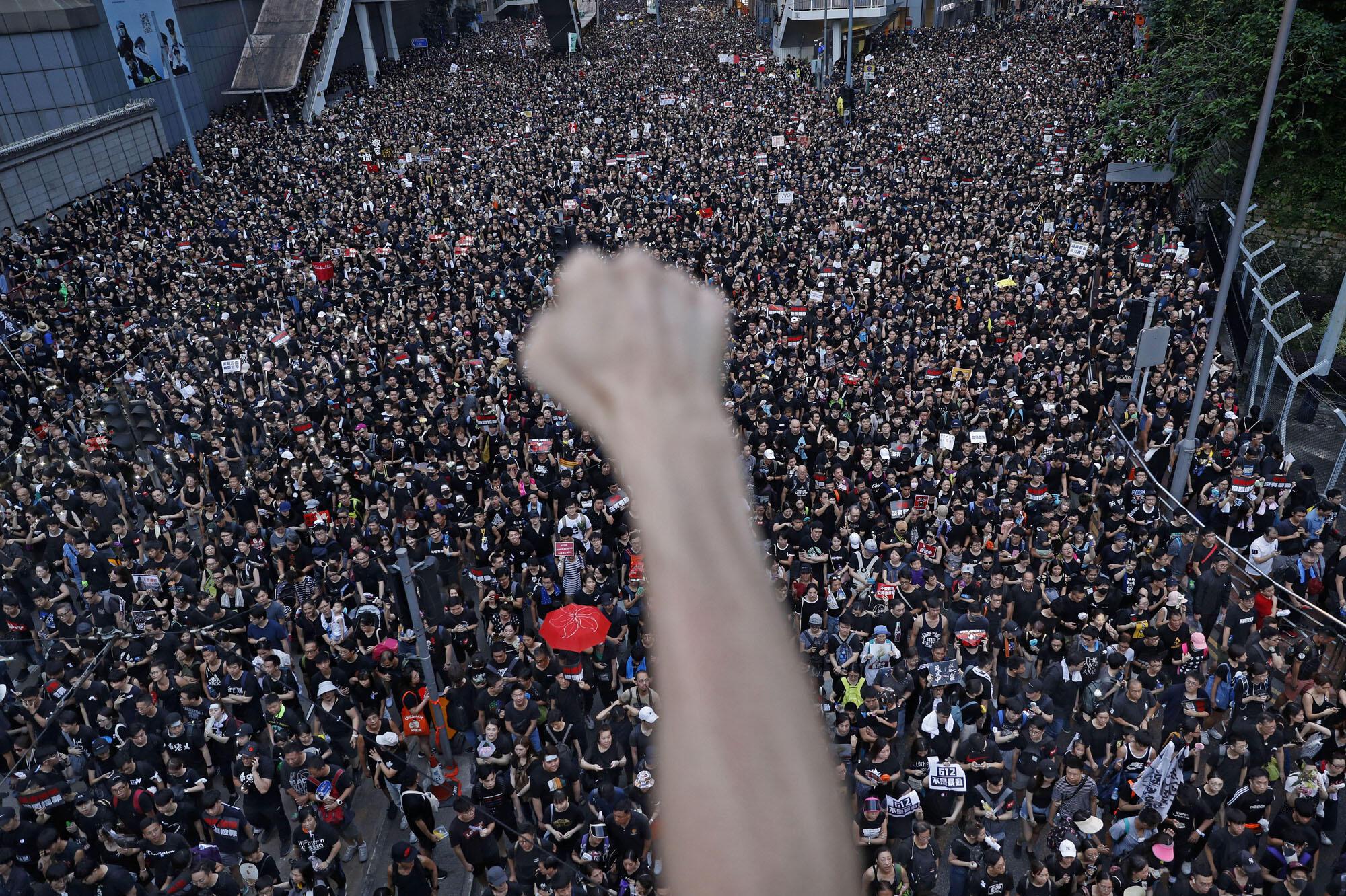 """香港民眾6月16日上街抗議要求特首林鄭月娥下台,撤銷""""送中條例""""資料圖片"""