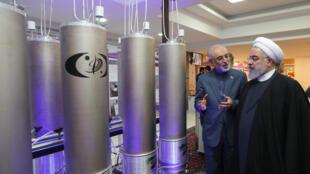 Tổng thống Iran Hassan Rohani (P) xem triển lãm thành tựu công nghệ hạt nhân Iran, ngày 09/04/2019 tại Teheran