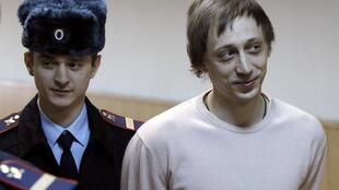 O bailarino Pavel Dmitrichenko (dir:) chega para a audiência no tribunal de Moscou nesta terça-feira, 3 de dezembro de 2013.