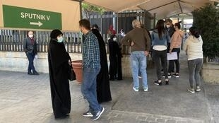 Candidatos a la vacunación en el exterior del Hospital Monte Líbano, un hospital privado de Beirut.
