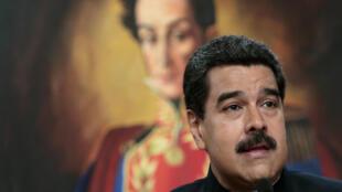 """O presidente venezuelano Nicolás Maduro, no Palácio Miraflores, em Caracas, em frente à pintura que retrata Simón Bolívar, herói da chamada """"Revolução Bolivariana"""", em 22 de agosto de 2017."""