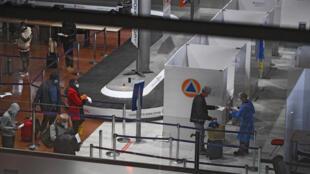 Pasajeros muestran sus documentos en el centro de pruebas Covid-19 del aeropuerto Roissy Charles-de-Gaulle en Francia, el 1 de febrero de 2021