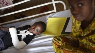 Des enfants blessés par des grenades, à l'hôpital de Bangui, en République centrafricaine, le 29 décembre.