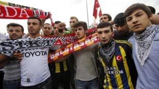 Des supporters de Besiktas, de Galatasaray et de Fenerbahce  sur la place Taskim, le 2 juin dernier.