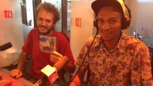 LG Lopes e Bruno Oliveira (d), do grupo Graveola, nos estúdios da RFI em Paris.