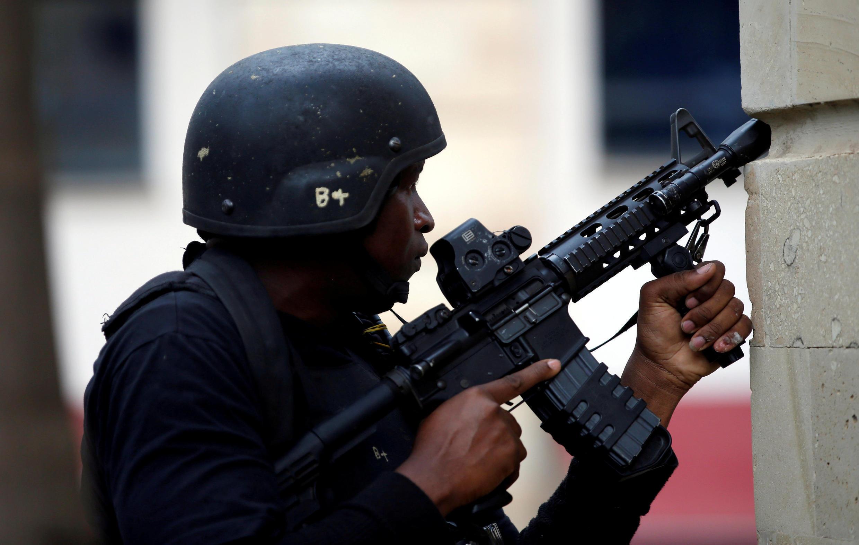Un membre des forces de sécurité sur le site de l'attaque du complexe hôtelier à Nairobi, le 15 janvier 2019.