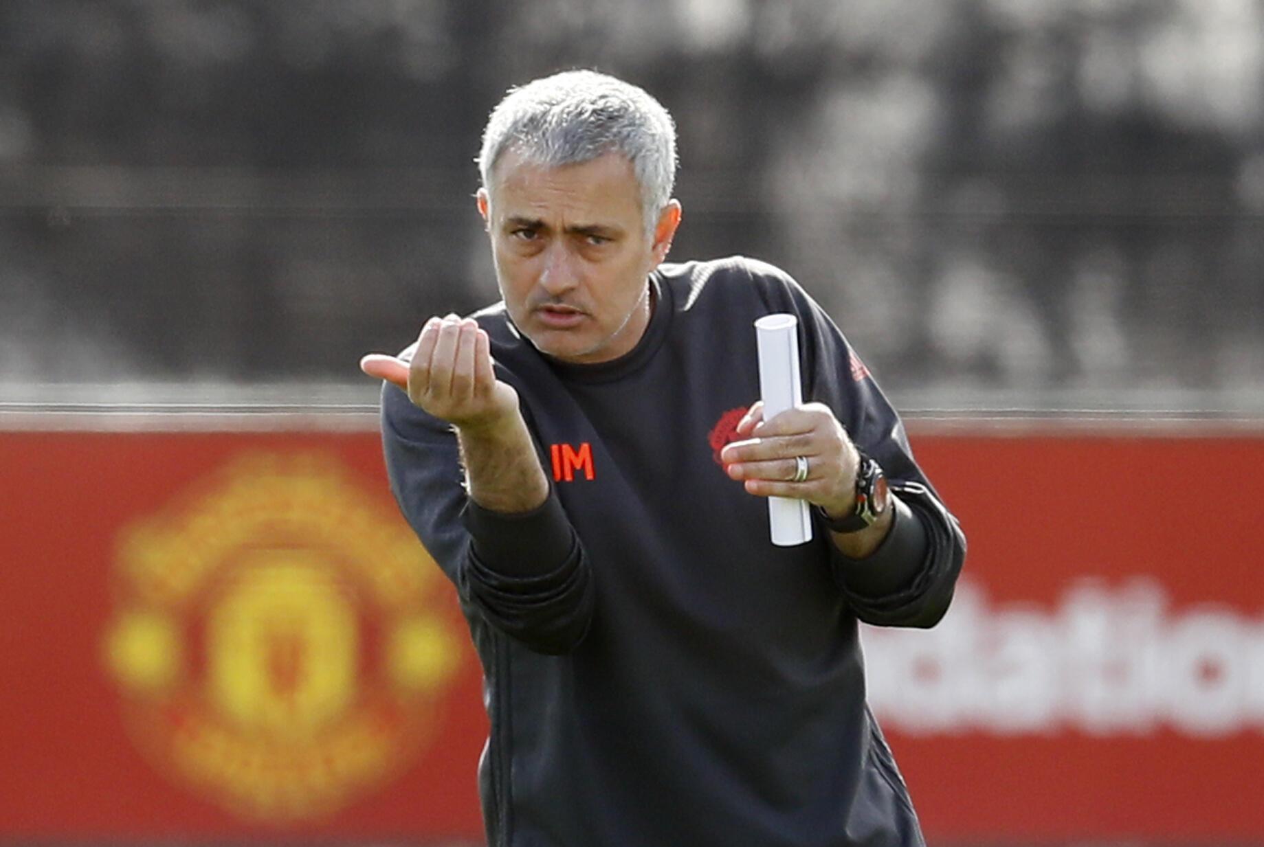 Mai horar da kungiyar kwallon kafa ta Manchester United Jose Mourinho yayin atasayen kungiyar..