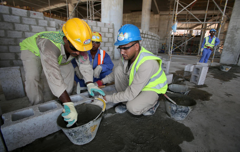 Des travailleurs migrants sur un chantier à Doha, le 3 octobre 2013.