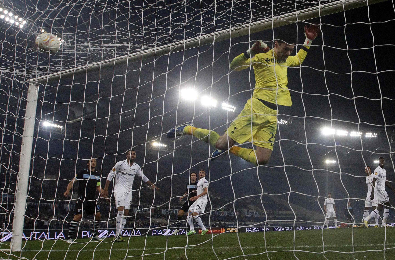 Goleiro Lloris, do Tottenham, defende chute da Lazio. Jogo morno acabou ofuscado por brigas de torcida
