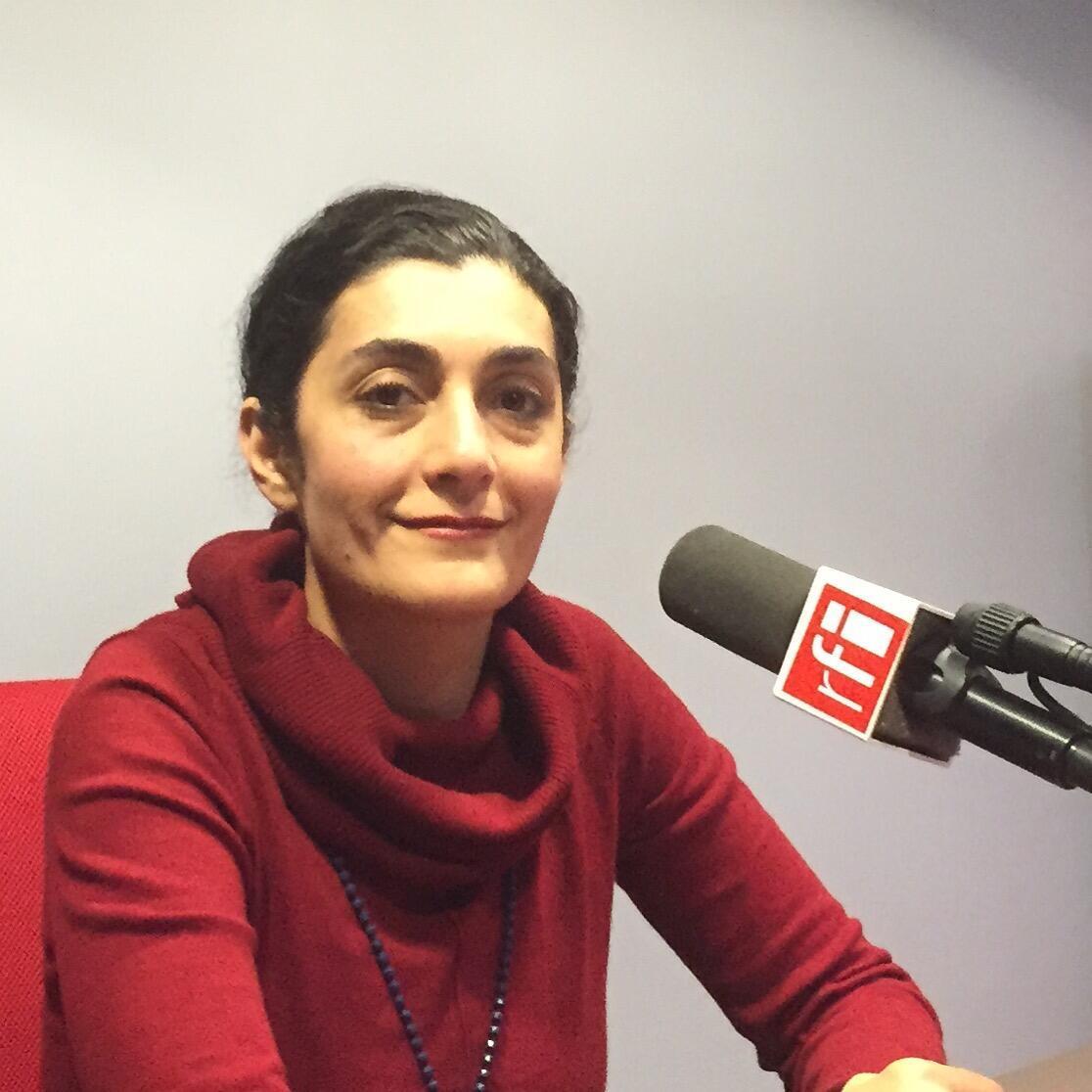 دریا دادور، آهنگساز و خوانندۀ ایرانی، در استودیوی ار.اف.ای، 26 نوامبر 2015