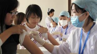Tiêm phòng vắc-xin phòng cúm gia cầm tại Bắc Kinh  năm 2010.