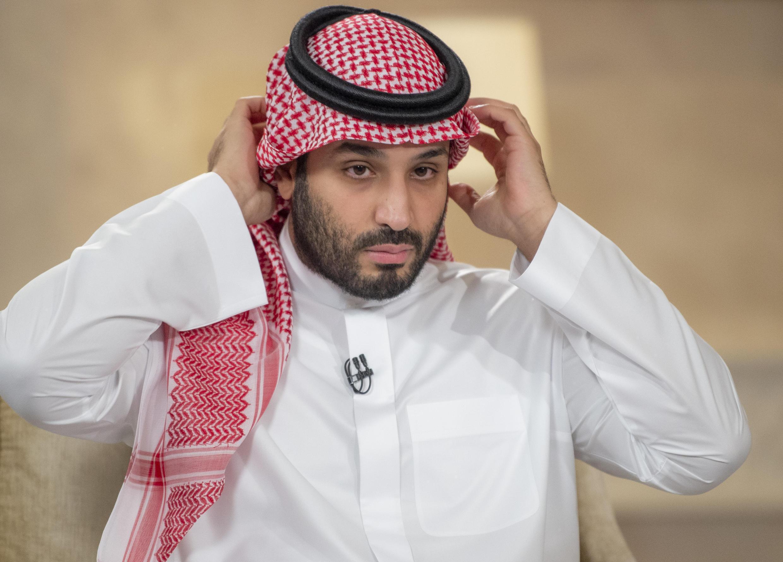 Una imagen proporcionada por el Palacio Real de Arabia Saudita el 27 de abril de 2021 muestra al Príncipe Heredero de Arabia Saudita Mohammed bin Salman durante una entrevista con el Middle East Broadcasting Center (MBC) en la capital, Riad, para conmemorar el quinto aniversario de su proyecto Visión 2030.