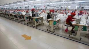 Một xưởng may ở Hải Dương. Tình trạng lão hóa dân số sẽ ảnh hưởng đến phát triển kinh tế của Việt Nam, nếu năng suất không được nâng cao.