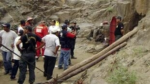 Socorristas trabalham no resgate dos nove bombeiros peruanos bloqueados na mina Cabeza de Negro, perto da cidade de Ica, a 325 km da capital Lima, neste domingo.