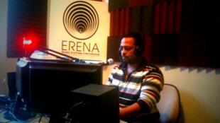Le journaliste érythréen Biniam Simon dans son studio.