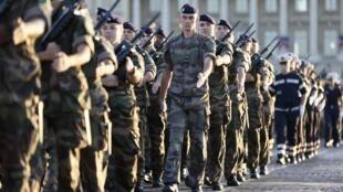 Des militaires français répètent leur défilé le 12 juillet 2020.