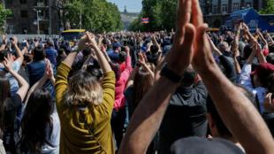 Des manifestants et supporters de l'opposant Nikol Pashinyan dans les rues d'Erevan.