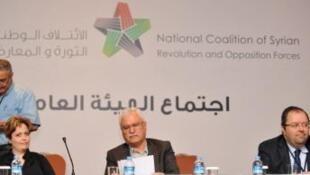 Os membros da Coalizão durante o anúncio da nomeação de Ahmad Assi Jarba. Ao centro, George Sabra , Suheir Attasi (à esq.) e Moustafa Sabbah.