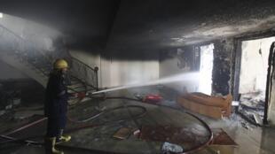 Un pompier éteint une partie de l'incendie qui a ravagé le siège de la Fédération égyptienne de football au Caire.