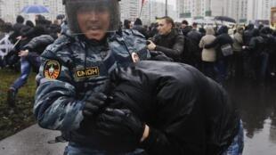 Ultranacionalista é preso por soldado da tropa de choque ao tentar romper barreira policial em Moscou
