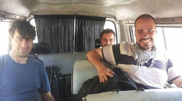 José Manuel López (esquerda), Ángel Sastre (no fundo) e Antonio Pampliega, na Síria.