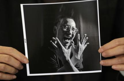 刘霞向媒体展示丈夫刘晓波的照片