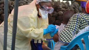 Un niño recibe una vacuna contra el Ébola, el 7 de agosto de 2019 en Goma