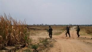 Askari wa Burundi wakipiga doria karibu na msitu wa Rukoko, karibu na mpaka na DRC.
