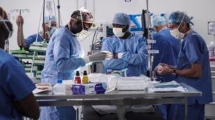L'équipe d'anesthésistes, le 10 septembre 2018, juste avant la première opération à coeur ouvert réussie, à Bamako (Mali).