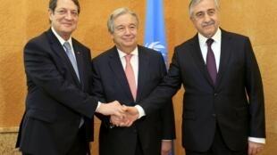 Лидер греческой общины Кипра Никос Анастасиадис, генсекретарь ООН Антониу Гутерреш и лидер турецкой общины острова Мустафа Акинчи, Женева, 12 января 2017 г.