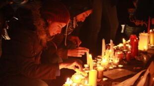 Veillée à Paris, place de la République, au soir des assassinats des journalistes de la rédaction de «Charlie Hebdo»