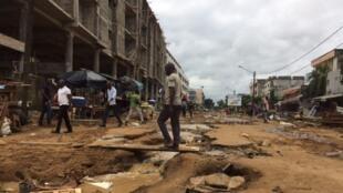 La rue Ministre à Abidjan a été fortement dégradée par les pluies de ces derniers jours en Côte d'Ivoire, le 20 juin 2018.