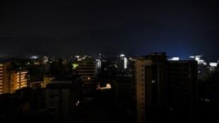Une vue générale du centre de Caracas plongé dans le noir, suite à une panne électrique, une panne qui a touché de nombreuses régions du pays, le 25 mars 2019.