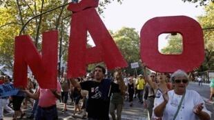Manifestantes portugueses protestam contra as mediads de austeridade  em Lisboa em 1/10/2011.
