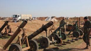 Askari wa jeshi la serikali  ya Syria wanakikagua silaha zilizoachwa na wapiganaji wa kundi la Islamic State katika jimbo la Aleppo, Novemba 20, 2015.