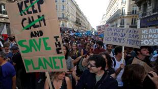 Des manifestants alertent sur le changement climatique et appellent les politiciens à agir, lors d'une marche à Paris, le 13 octobre 2018.