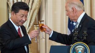 Joe Biden, cuando era vicepresidente, brindando con el presidente chino Xi Jiping el 25 de septiembre de 2015 en Washington, D.C. (Imagen de archivo).
