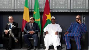 Dernière photo de famille de François Hollande, aux côtés du Mauritanien Mohamed Ould Abdel Aziz, du Malien Ibrahim Boubacar Keïta et du Burkinabè Roch Marc Christian Kaboré sur la terrasse de l'Institut du monde arabe à Paris, le 13 avril 2017.