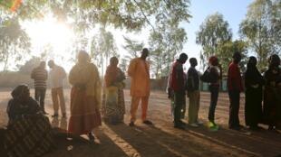 布基纳法索民众排队投票,2015年11月29日。