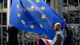 На здании Европарламента меняют британский флаг на флаг ЕС