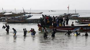 Des pêcheurs sur la côte sénégalaise, à Thiaroye, d'où partaient des migrants vers l'Espagne, il y a de nombreuses années déjà.
