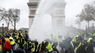 """Vòi rồng và hơi cay đối phó với người biểu tình """"Áo Vàng"""" trước Khải Hoàn Môn, Paris, ngày 01/12/2018."""